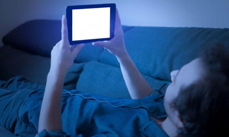 Синий свет от дисплеев смартфонов вызывает слепоту