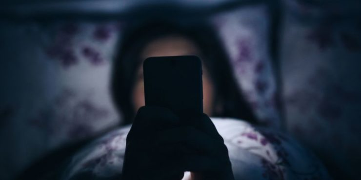 Почему не стоит пользоваться смартфоном перед сном и к чему это может привести