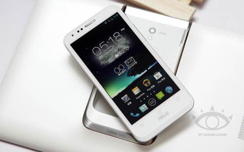Фото смартфона ASUS PadFone 2 в белом цвете