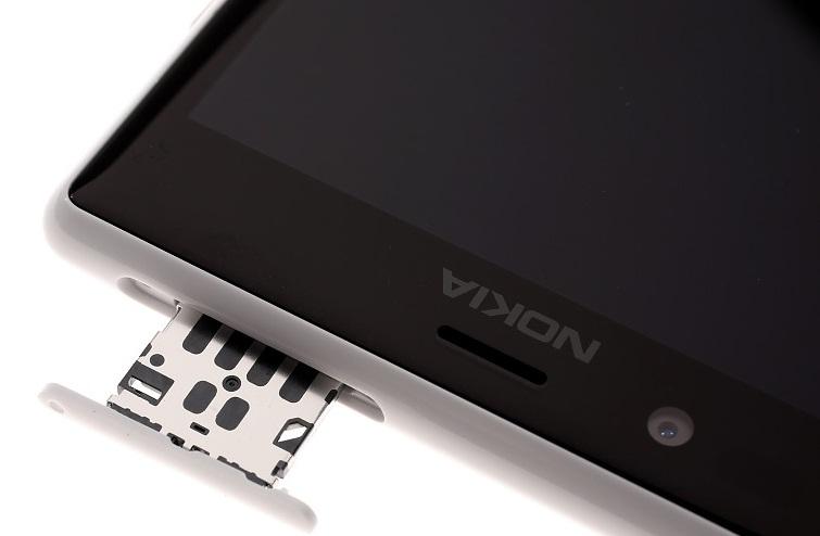 Слот для SIM карты в Nokia Lumia 720